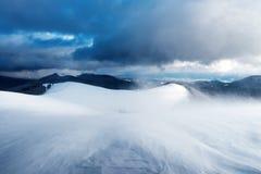 Paesaggio fantastico di inverno con le colline nevose fotografia stock libera da diritti