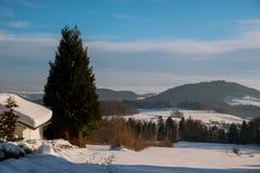 Paesaggio fantastico di inverno del cielo drammatico dell'annuvolamento fotografie stock
