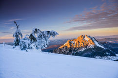 Paesaggio fantastico di inverno di sera Cielo nuvoloso drammatico Collage creativo Carpatico, Ucraina, Europa Fotografia Stock Libera da Diritti