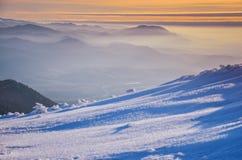 Paesaggio fantastico di inverno di sera Cielo nuvoloso drammatico Collage creativo Carpatico, Ucraina, Europa Fotografie Stock