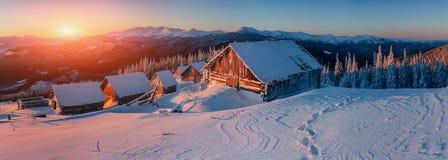 Paesaggio fantastico di inverno, i punti che conducono alla cabina Fotografia Stock Libera da Diritti