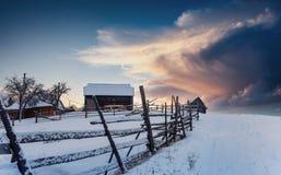 Paesaggio fantastico di inverno, i punti che conducono alla cabina Immagini Stock Libere da Diritti