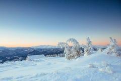 Paesaggio fantastico di inverno, i punti che conducono alla cabina Fotografia Stock