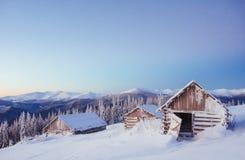 Paesaggio fantastico di inverno, i punti che conducono alla cabina Immagini Stock