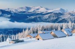 Paesaggio fantastico di inverno, i punti che conducono alla cabina MA Immagini Stock Libere da Diritti