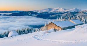 Paesaggio fantastico di inverno, i punti che conducono alla cabina MA Fotografia Stock Libera da Diritti