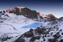 Paesaggio fantastico di inverno di mattina e di sera Cielo nuvoloso variopinto Albero innevato magico del mondo di bellezza fotografia stock libera da diritti