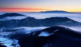 Paesaggio fantastico di inverno di mattina e di sera Cielo nuvoloso variopinto Albero innevato magico del mondo di bellezza fotografie stock libere da diritti