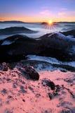 Paesaggio fantastico di inverno di mattina e di sera Cielo nuvoloso variopinto Albero innevato magico del mondo di bellezza immagini stock libere da diritti