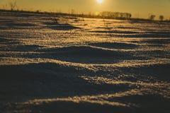 Paesaggio fantastico di sera che emette luce dalla luce solare Scena invernale drammatica Parco naturale Carpatico, Ucraina, Euro fotografia stock libera da diritti