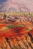 Paesaggio fantastico, vecchio villaggio scenico variopinto di terra rossa ad alba, ambiti di provenienza rossi della montagna Il  immagini stock