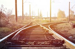 Paesaggio ferroviario delle linee ferroviarie libere e vuote Immagine dettagliata delle rotaie e della traversina immagine stock libera da diritti