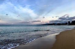 Paesaggio hawaiano della spiaggia vicino al tramonto immagini stock