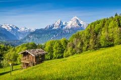 Paesaggio idilliaco della montagna con il vecchio chalet nelle alpi nella primavera Fotografia Stock Libera da Diritti