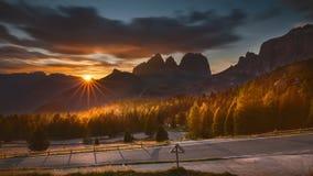 Paesaggio idilliaco della montagna verso il tramonto Immagini Stock