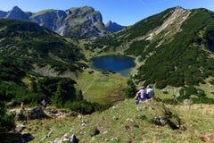 Paesaggio idilliaco delle montagne che fa un'escursione nelle montagne Alpi austriache, Tirolo, lago Zirein Fotografia Stock