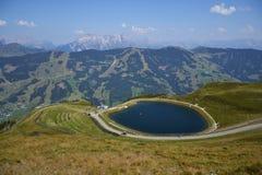 Paesaggio idilliaco di estate con il lago nelle alpi dei moutains Immagine Stock Libera da Diritti