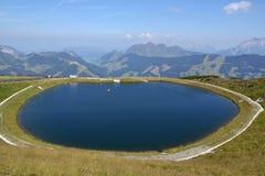 Paesaggio idilliaco di estate con il lago nelle alpi dei moutains Immagini Stock