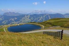 Paesaggio idilliaco di estate con il lago nelle alpi dei moutains Fotografie Stock
