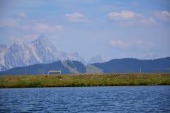 Paesaggio idilliaco di estate con il lago nelle alpi dei moutains Immagini Stock Libere da Diritti
