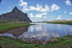 Paesaggio idilliaco di estate con un bello lago fotografia stock libera da diritti