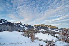 Paesaggio idilliaco di inverno delle montagne svizzere Fotografia Stock Libera da Diritti