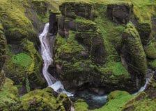 Paesaggio impressionante delle cascate che cadono nel canyon di Fjadrargljufur fotografia stock libera da diritti