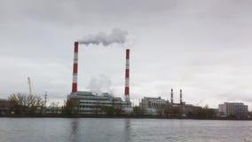 Paesaggio industriale - centrale elettrica termica sopra il fiume, fumo dal tubo archivi video