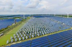 Paesaggio industriale con differenti risorse energetiche Sviluppo sostenibile immagine stock libera da diritti