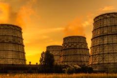 Paesaggio industriale di tramonto del fumo del tubo della fabbrica Fotografie Stock Libere da Diritti