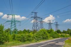 Paesaggio industriale - elettrodotto ad alta tensione contro un cielo blu fotografie stock