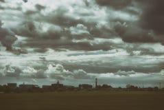 Paesaggio industriale suburbano sotto un bello cielo nuvoloso Fotografie Stock
