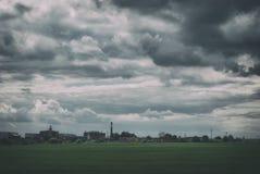 Paesaggio industriale suburbano sotto un bello cielo nuvoloso Immagini Stock
