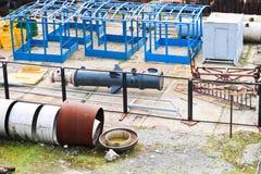 Paesaggio industriale Tubi arrugginiti, rubini blu, comunicazioni di produzione Metallo, strutture di plastica che sono fatte sul fotografia stock libera da diritti