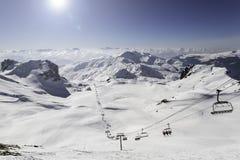 Paesaggio innevato della montagna da una cima della montagna Fotografie Stock