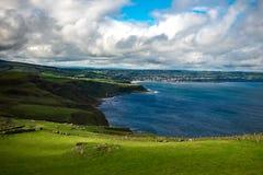 Paesaggio intorno alla traccia della testa della fiera in Irlanda del Nord, Regno Unito immagini stock libere da diritti