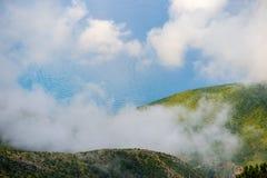 Paesaggio ionico della costa di mar Mediterraneo della vista dell'Albania dalla cima del parco nazionale della montagna di Llogor fotografia stock libera da diritti