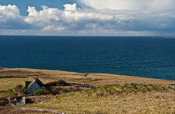 Paesaggio irlandese scenico con il vecchio cottage irlandese Immagine Stock