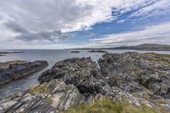 Paesaggio irlandese tipico della scogliera vicino alla testa di mezzana, sughero della contea, Irlanda immagini stock