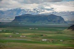 Paesaggio islandese con la cresta vulcanica della lava, montagne del ghiacciaio fotografie stock libere da diritti