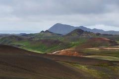 Paesaggio islandese con le colline variopinte vicino a Krafla, Islanda Fotografia Stock