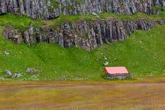 Paesaggio islandese della natura con le montagne e l'abitazione Fotografie Stock