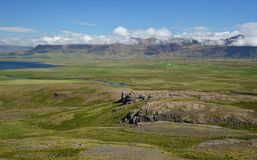 Paesaggio islandese sulla penisola Vatnsnes con le montagne di Vatnsdalsfjall nei precedenti immagini stock