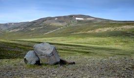 Paesaggio islandese Una collina con alcune rocce nella parte anteriore sulla penisola Skagi fotografie stock libere da diritti