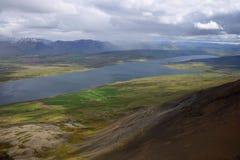 Paesaggio islandese Vista dalla cima dello Svinadalsfjall al lago Svinavatn Uno scorrevole della montagna qui sotto immagini stock libere da diritti