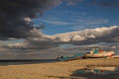 Paesaggio italiano Cielo blu e mare Legno nella parte anteriore sulla spiaggia e sulle montagne nel fondo Nubi Fotografie Stock Libere da Diritti