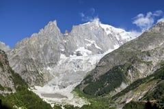 Paesaggio italiano di estate di Mont Blanc del lato Mont Blanc è il più alto picco delle alpi occidentali europee Immagine Stock