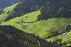 Paesaggio italiano nelle alpi con un piccolo villaggio fotografie stock