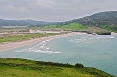 Paesaggio litoraneo irlandese scenico di vista sul mare della spiaggia Fotografie Stock Libere da Diritti