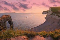 Paesaggio lunatico di tramonto, spiaggia della porta del durdle, Dorset Fotografia Stock